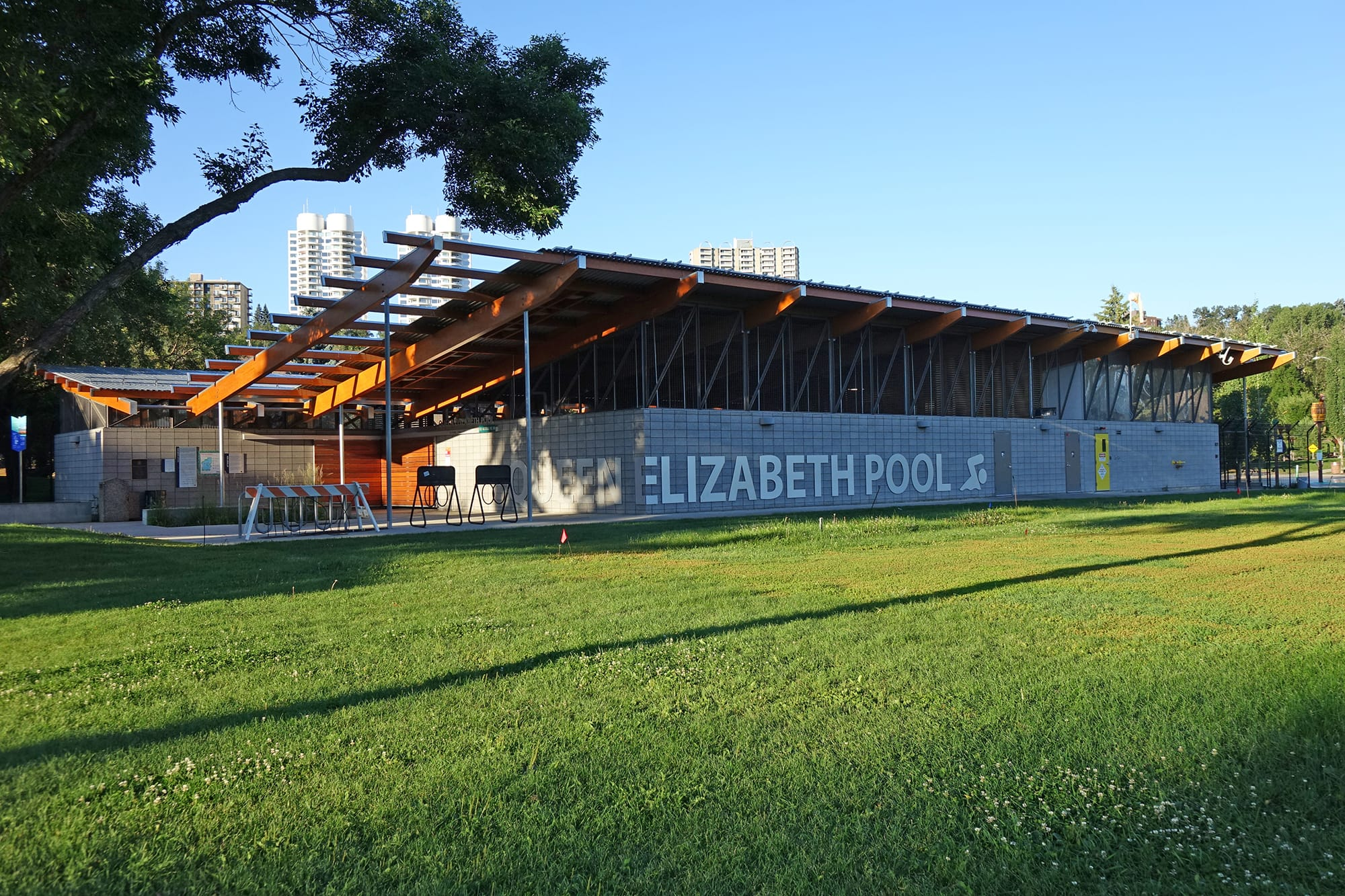 Queen-Elizabeth-Pool exterior from the lawn